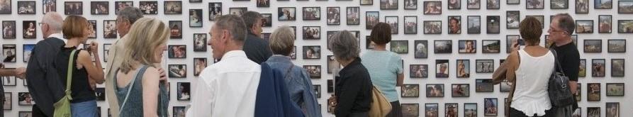 Besucher einer Ausstellung